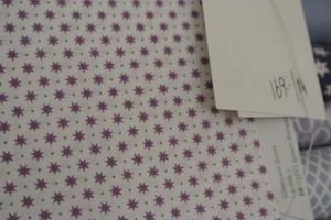 vit botten med stjärnor i lila