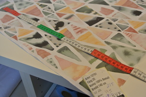 ljus botten med trekanter i pastellfärger