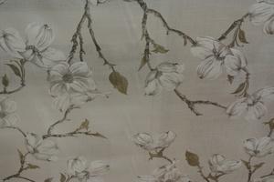 vit botten med tryckta blommor i beig toner