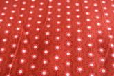 röd botten med mönster i vitt och röda toner