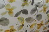 ljus botten med akvarellmålade blommor i senapsgul och grå toner