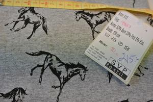 Grå jogging med hästar isvart