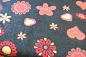 mörklila flis med rosa blommor