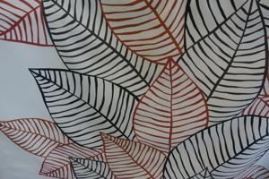 Kinnamark Jolster ljus botten med röda och svarta löv