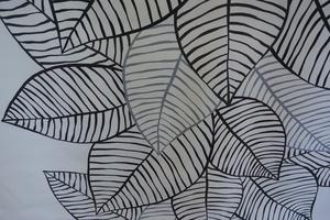 Kinnamark Jolster ljus botten med  svarta löv