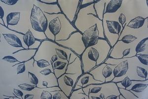 Kinnamark Edith ljus botten  med trägren och löv i blåa toner