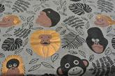 ljusgrå botten med apor i svart och koppar