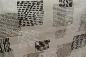 Naturfärgad botten med mönster ivitt,grått och svart