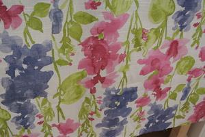 ljus botten med blommor i rosa,blått och grönt