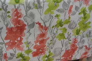 ljus botten med blommor i orall grått och grönt