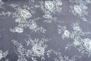 blått jeanstyg med blommor