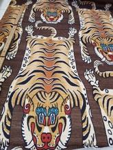 brun botten med tiger