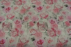 ljus botten med rosor i röda och rosa toner