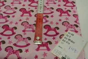 ljusrosa botten med gunghästar i rosa toner