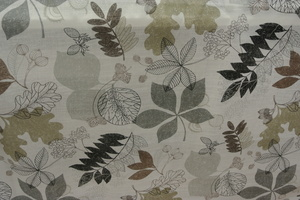 Ljus botten med gråa ,beiga och svarta löv