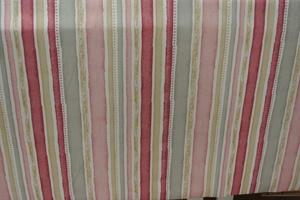 Randig i rosa och grått