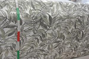 ljus botten med blad i blek gröna toner